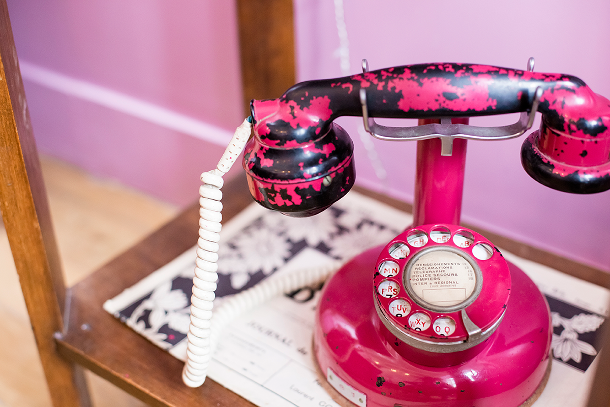 Pink telephone Paris Guide Cute coffee shop in Paris Le Pavillon des Canaux by Ambitieuse